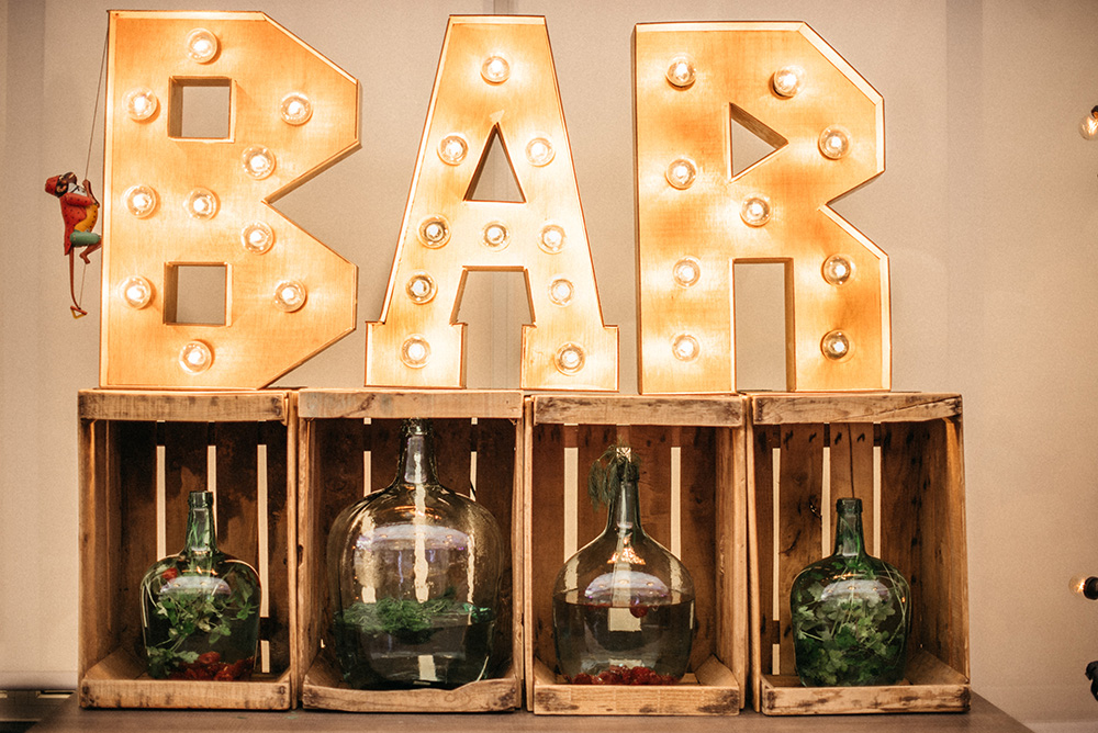 barra_de_bar_diferente-letreros_luces-decoracion-blog_de_bodas-wedding_style_magazine