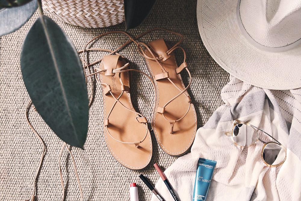 Maleta de viaje de novios: sandalias