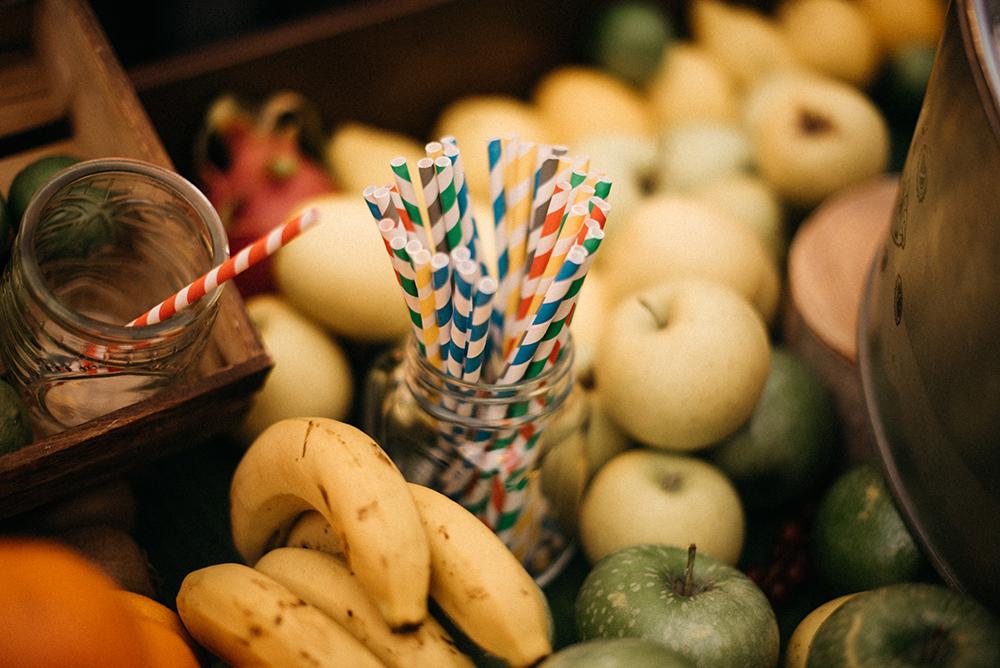 barra_de_bar_diferente-frutas-cocteles-decoracion-blog_de_bodas-wedding_style_magazine