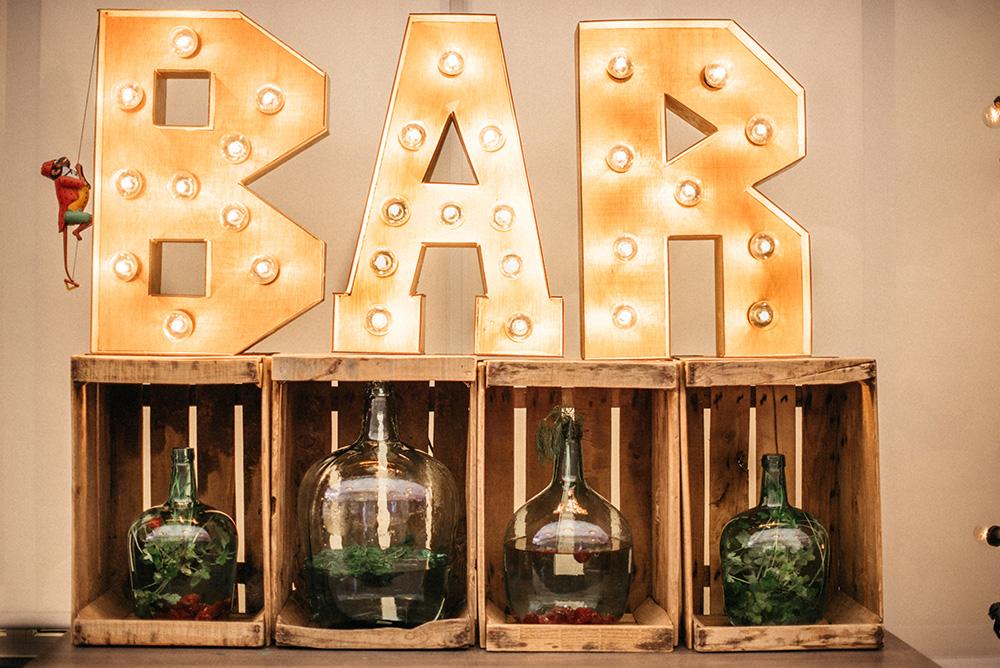 barra_de_bar_diferente-letreros_luces-decoracion-blog_de_bodas-wedding_style_magazine