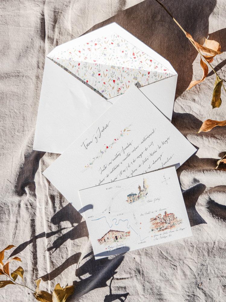 Invitaciones+de+boda+personalizada+con+tarjetón+caligrafiado+a+mano,+plano+de+situación+con+acuarelas+originales+y+sobre+forrado+con+estampado+floral